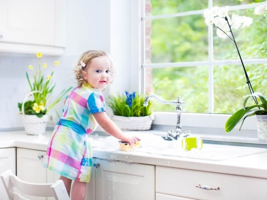 فوائد مُشاركة الطفل معك في أعمال المنزل