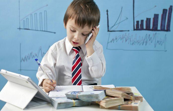كيفية تعليم الطفل قيمة المال حسب العُمر